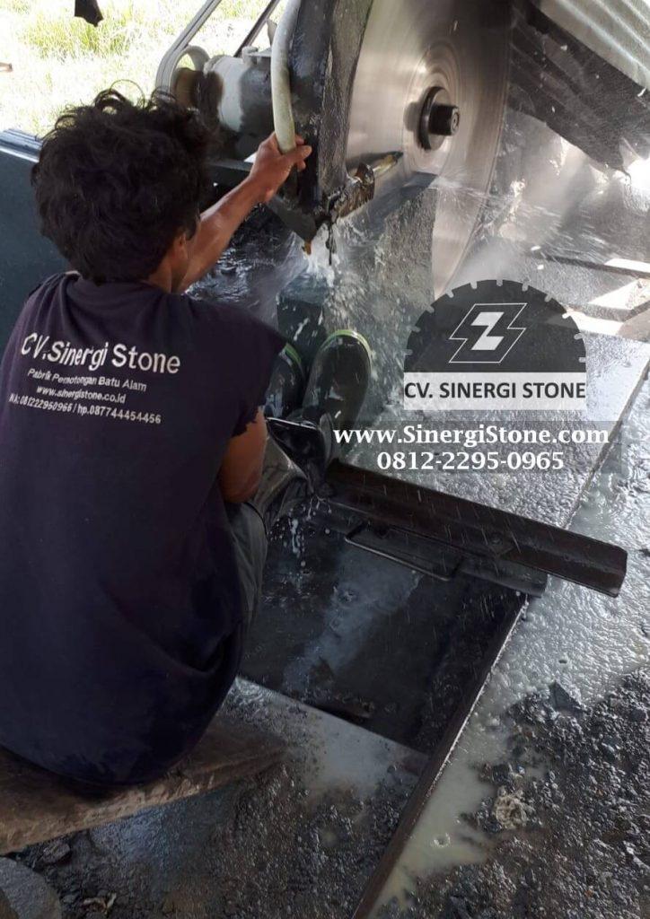proses pemotongan batu andesit CV Sinergi Stone