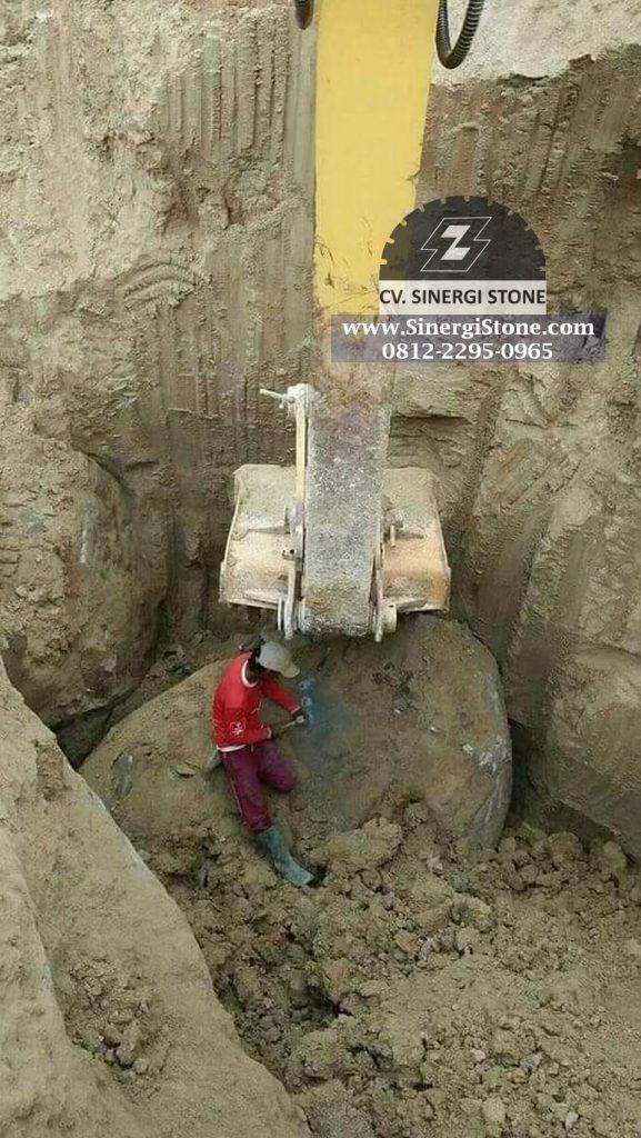 penggalian bahan baku batu andesit dengan excavator